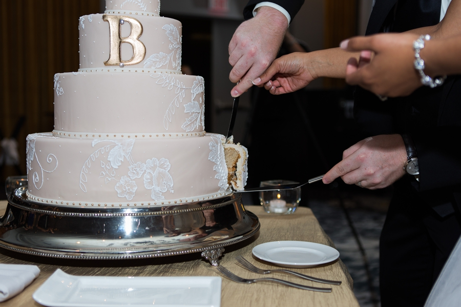 married couple cutting the cake