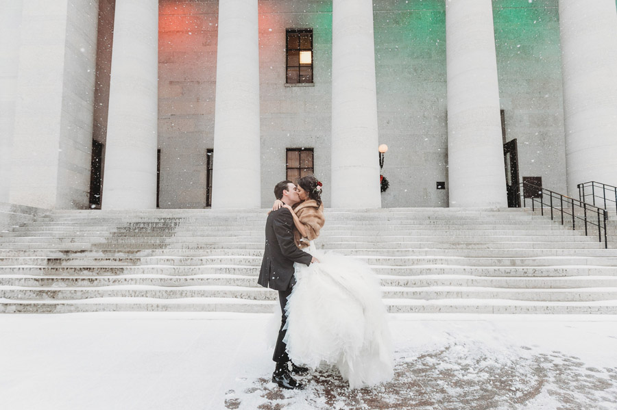 The Vault couple kissing at Ohio Statehouse